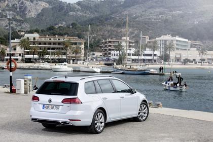 VW Golf 7 Variant R-Line Aussenansicht Heck schräg statisch weiss