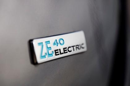 Renault ZOE Aussenansicht Heck schräg statisch Detail Z.E. Abzeichen beige