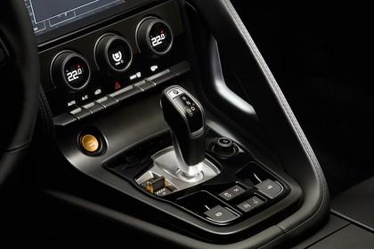 Jaguar F-Type S Cabriolet QQ6 Innenansicht statisch Studio Detail Mittelkonsle und Schalthebel