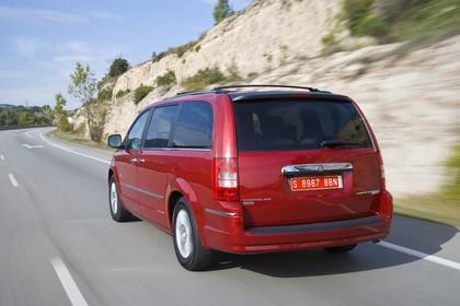 Chrysler Voyager RT Aussenansicht Heck schräg dynamisch rot