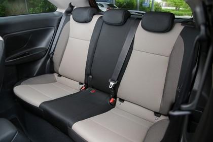Hyundai i20 Coupe GB Innenansicht Detail statisch beige schwarz Rückbank