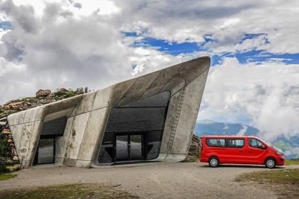 Opel Vivaro Kombi X82 Aussenansicht Seite statisch rot