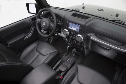 Jeep Wrangler JK Innenansicht Vordersitze und Armaturenbrett beifahrerseitig