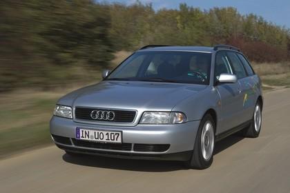 Audi A4 Avant B5 Aussenansicht Front schräg dynamisch silber