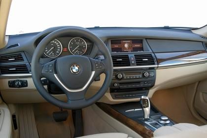 BMW X5 E70 LCI Innenansicht statisch Studio Vordersitze und Armaturenbrett fahrerseitig