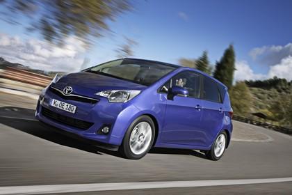 Toyota Verso-S XP12 Aussenansicht Front schräg dynamisch blau