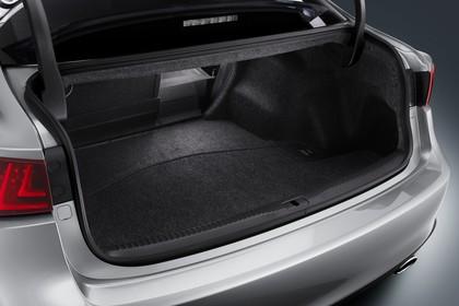 Lexus IS XE3 Innenansicht statisch Studio Kofferraum Rücksitze 1/3 umgeklappt