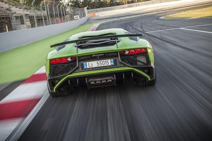 Lamborghini Aventador SV Aussenansicht Heck dynamisch grün