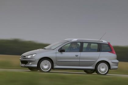 Peugeot 206 SW 2 Aussenansicht Seite schräg dynamisch silber