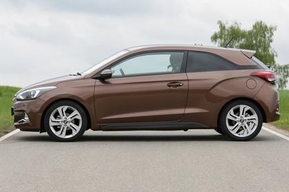 Hyundai i20 Coupe GB Aussenaussicht Seite statisch braun