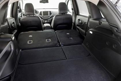 Jeep Cherokee KL Innenansicht Kofferaum umgekappte Rücksitzbank