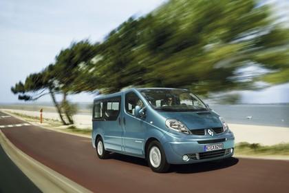 Renault Trafic II Facelift Aussenansicht Front schräg dynamisch blau