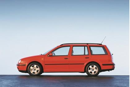 VW Golf IV Variant Aussenansicht Seite statisch rot