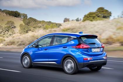 Opel Ampera-e Aussenansicht Heck schräg dynamisch blau
