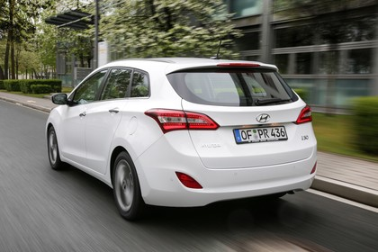 Hyundai i30 Kombi GD/GDH Aussenansicht Heck schräg dynamisch weiss