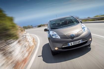 Nissan Leaf ZE0 Aussenansicht Front dynamisch braun