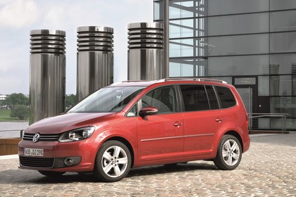 VW Touran 1T Facelift Aussenansicht Seite schräg statisch rot