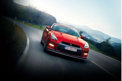 Nissan GT-R R35 Aussenansicht Front schräg dynamisch rot