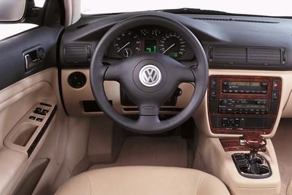 VW Passat Variant B5 Innenansicht statisch Studio Vordersitze und Armaturenbrett fahrerseitig