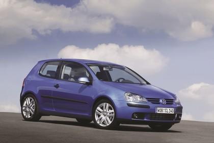 VW Golf 5 Dreitürer Aussenansicht Seite schräg statisch blau