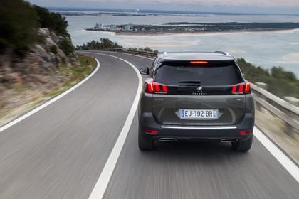 Peugeot 5008 SUV Aussenansicht Heck dynamisch grau