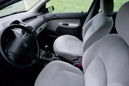 Peugeot 206 Fünftürer Innenansicht statisch Vordersitze und Armaturenbrett fahrerseitig