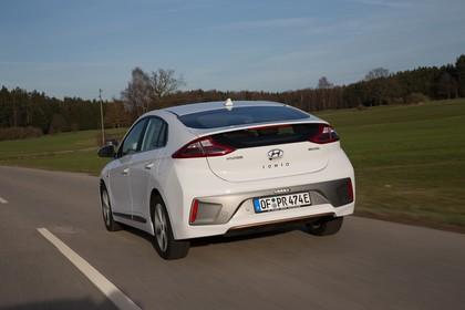 Hyundai IONIQ Elektro Aussenansicht Heck schrãg dynamisch weiss