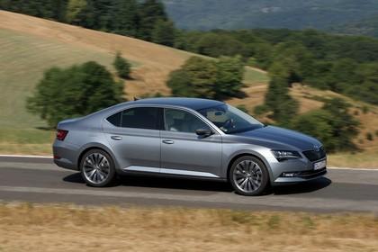 Skoda Superb Limousine 3V Aussenansicht Seite schräg dynamisch grau