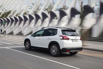 Peugeot 2008 A94 Aussenansicht Heck schräg dynamisch weiss