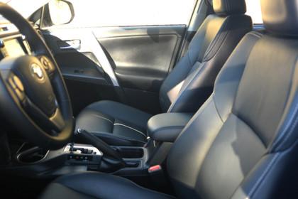 Toyota RAV4 (XA4) Innenansicht Fahrer und Beifahrersitz statisch