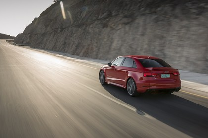Audi RS3 Aussenansicht Hinten schräg dynamisch rot