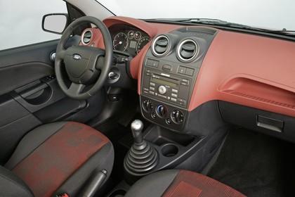 Ford Fiesta Studio Innenansicht Beifahrerposition statisch schwarz rot