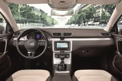 VW Passat Limousine B7 Innenansicht statisch Vordersitze und Armaturenbrett