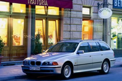 BMW 5er Touring E39 Aussenansicht Front schräg statisch silber