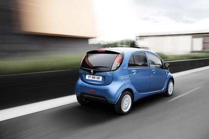 Peugeot iOn Aussenansicht Heck schräg dynamisch blau
