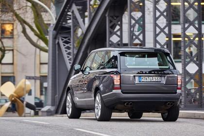 Land Rover Range Rover 4 Aussenansicht Heck schräg dynamisch grau