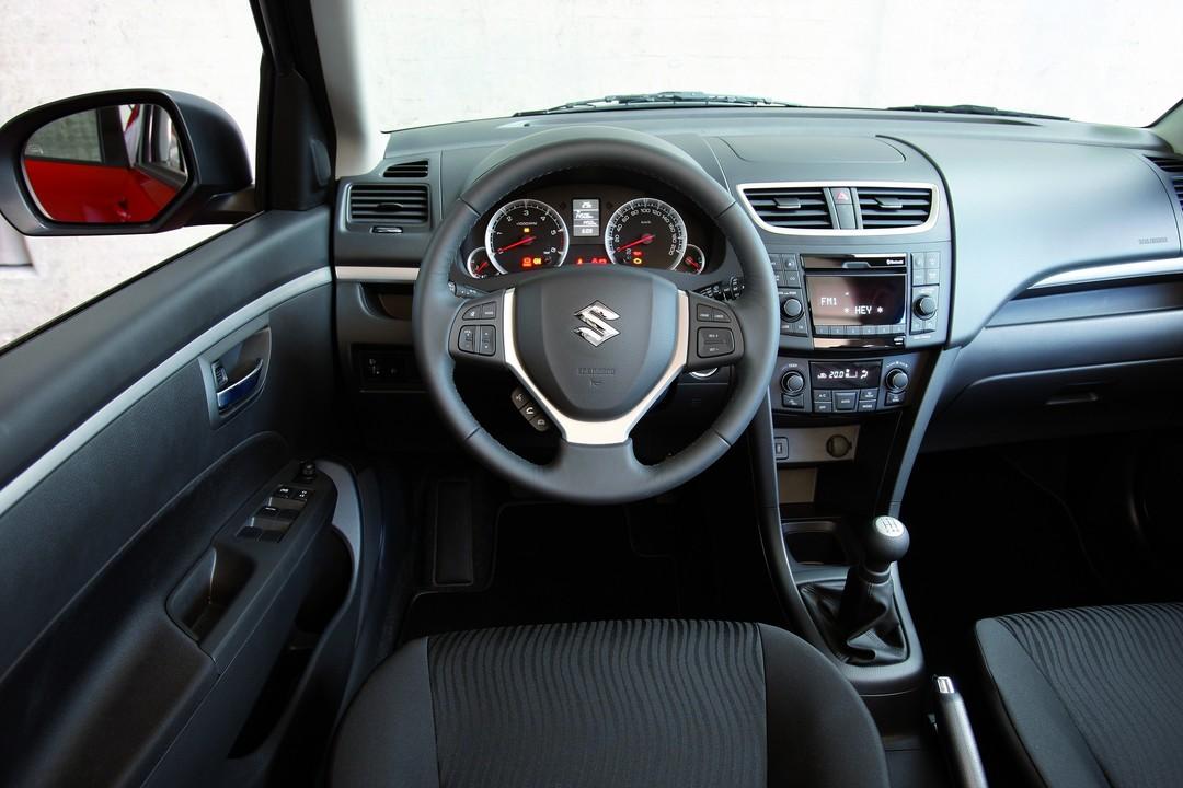 Suzuki Swift NZ Innenansicht Statisch Vordersitze Und Armaturenbrett Fahrerseitig