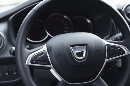 Dacia Sandero Innenansicht statisch Detail Lenkrad und Tacho