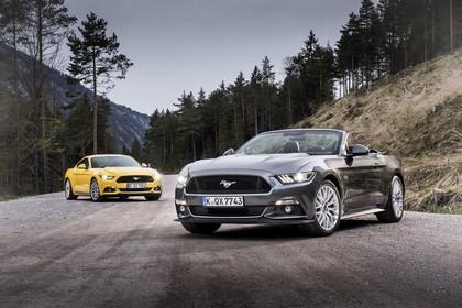 Ford Mustang Coupe Cabrio LAE Aussenansicht Front schräg statisch gelb grau