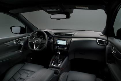 Nissan Qashqai J11 FL Innenansicht statisch Studio Vordersitze und Armaturenbrett beifahrerseitig