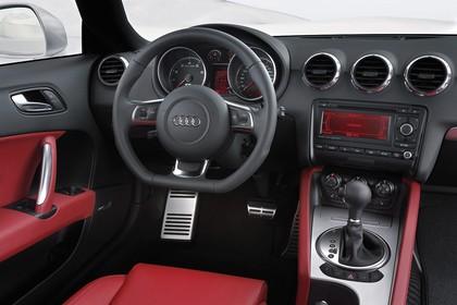 Audi TT 8N Innenansicht Fahrerposition statisch rot schwarz