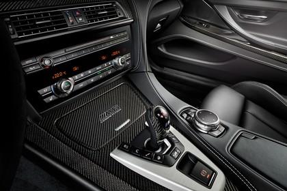 BMW M6 Coupé Competition F13 Innenansicht statisch Studio Detail Mittelkonsole Klimaanlage und Schalthebel