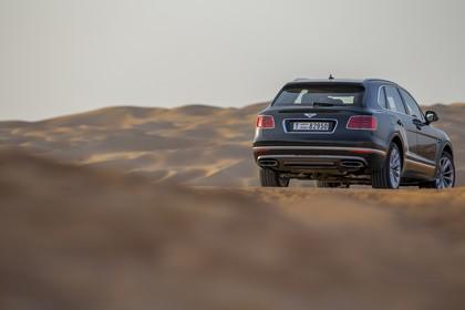 Bentley Bentayga Falconry by Mulliner Aussenansicht Heck schräg statisch grün