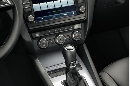 Skoda Octavia 5E Limousine Innenansicht Mittelkonsole DSG Schalter Klimaanlage Infotainmentsystem