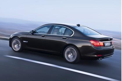 BMW 7er Limousine F01 Aussenansicht Seite schräg dynamisch schwarz