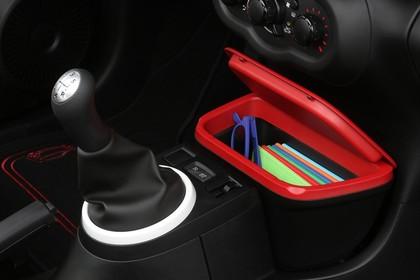 Renault Twingo III Innenansicht statisch Studio Detail Mittelkonsole und Schalthebel