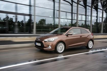 Hyundai i20 Coupe GB Aussenaussicht Front schräg dynamisch braun