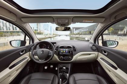 Renault Captur R Innenansicht statisch Vordersitze und Armaturenbrett