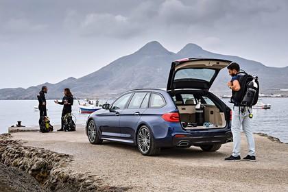 BMW 5er G31 Touring Aussenansicht Heck schräg Kofferraum geöffnet statisch blau
