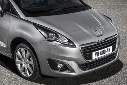 Peugeot 5008 Van Aussenansicht Front schräg statisch Detail Scheinwerfer und Nebelscheinwerfer rechts